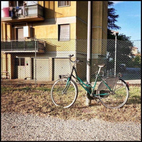 una bicletta abbandonata sul ciglio di una strada