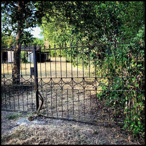 un cancello chiuso