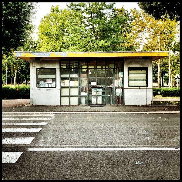 Un'edicola chiusa per ferie