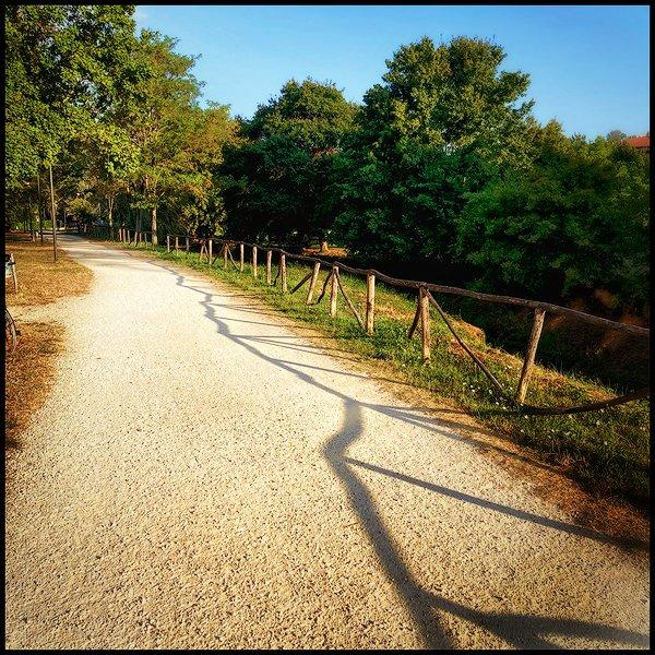 una strada bianca assolata