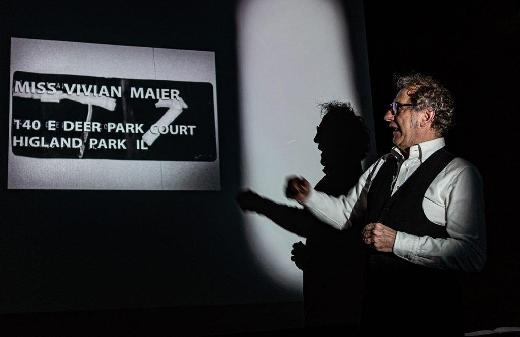 Gli occhi di Vivian Maier Roberto Carlone legge una busta indirizzata lei